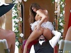 Madelyn Marie la sposa caldo siede sulla faccia del il suo sposo