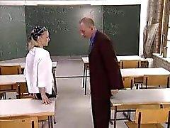 schoolmeisje neuken haar leraar in de klas