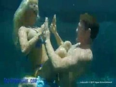 Holly Halston sous-marine