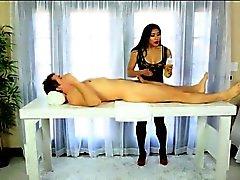 Sexy Asian masseuse massieren Mia Lithium foot und Kunden gefickt