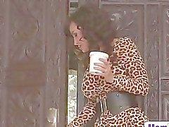 Lisa Anns slår sig samman Jade Nile att tillfreds hennes trött steg son