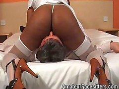Lange nippled zwarte dame facesits oude man