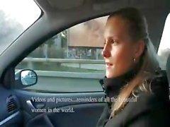 Blonde amateur krijgt geld voor zuigen en neuken in de auto