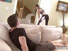 TEENGONZO Danica James empalado por gran polla en el sofá