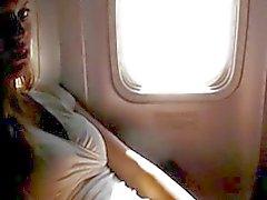Ondeugende amateur masturberen op een vliegtuig