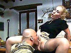 Dona de casa loura buceta dela comido por um soldado