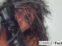 Charley es suplicar a ser batida