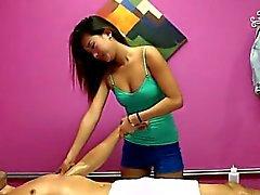 Le massage salon est l'endroit parfait pour baise fantastique