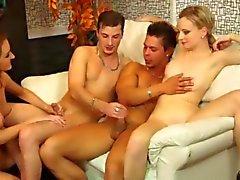 Los trozos jóvenes bajan de en orgy Bisexual Signo del