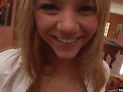Sexy hübsche junge Blondine verleiht Ashlynn Brooke
