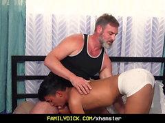 FamilyDick - Daddy seduce a jovencitos españoles