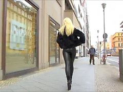 Latex catsuit in de straat