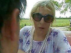 Italienska Granny körd av hennes älskare och en främling