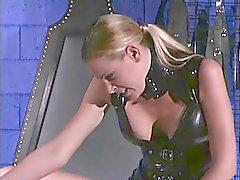 Dominatrix tar hennes nya slav hem