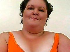 Stor mogen brunett honung med pierced nipplar leker med hennes rakade fitta