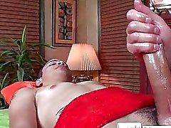 Гая запускается на Масло на поверхности для массажа на massagevictim