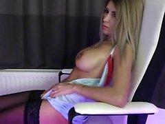 Busty blåögd brud visar upp sina stora runda bröst på webbkamera