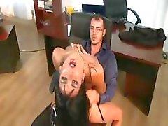 Deze secretaresses worden geneukt door hun bazen in deze clip