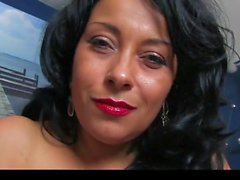 Donna Ambrose retorna para casa no vestido preto & Gold Heels