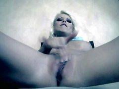 Gut aussehenden Blondine Jana Cova unter sich