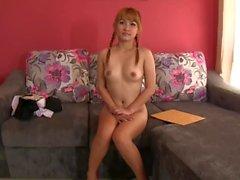 Nuori vaalea Thai tyttö creampied valun sohvalla