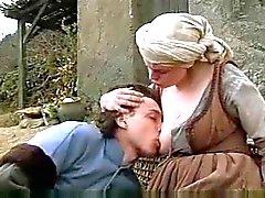 Молодая мама сама предлагает свои молоко к голодному