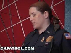 BLACK PATROL - Les Cops blancs traquent et baisent un papa noir