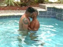 Cara preta Fode Boy Latino No Pool & suga a torneira Under Water