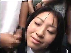 Mulher japonesa recebe um bukkake em locais públicos