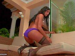 Ashley de Bulgari una belleza pelo negro en nylon negro - Pornsharing videoclip desnuda