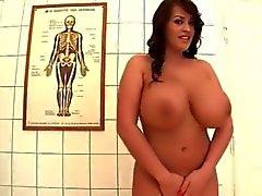 Латекса медсестры Лианн показывает громадных естественных груди