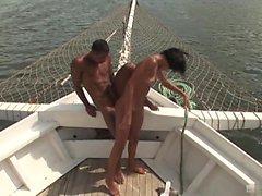 Jessica Baya ratsastaa poikaystävänsä veneestä ...