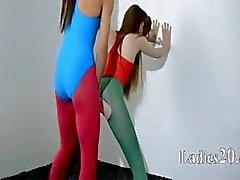 Harige lesbiennes in nylon panties liefdevolle