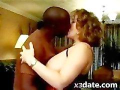 Vreemdgaan vrouw hunkert een grote zwarte pik naar haar trashy mond vullen