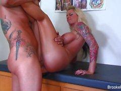 Snygging Brooke får kuk tatueringen shoppar