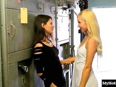 De aaliyah Amor y de Shyla Jennings hay con dos hermosas lesbianas.