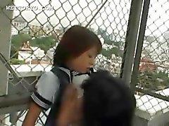 Aziatische schoolmeisje neukt en zuigt harige lul in het openbaar