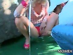 Babe fångats pissar utomhus hakar up med ett svart sexy stud