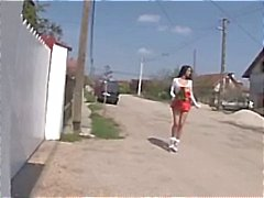 Rondborstige brunette slet loopt door de straten en vindt verschillende lullen te doen