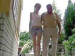 Leuk tienermeisje geniet van seks met opa