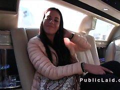 Euro babe bangs en limousine pour l'argent