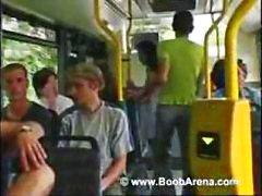 Busty brunette is op de bus en zuigt zijn pik voordat fucking