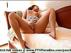 Sofia ongelooflijk sexy brunette knipperen slipje en knipperende tieten in het openbaar