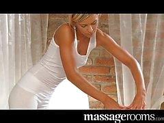 Cock blonde tiener massages cliënt met pussy