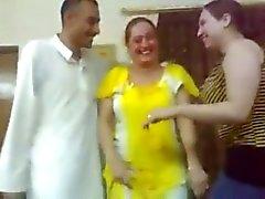 iracheno danza sexy del femmina con un tizio