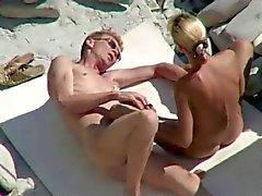 Tirkistelijät siitä yleiselle rannalle sukupuoli