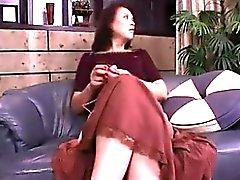 puma asiática con tetas pequeñas se abre de piernas para acariciar su