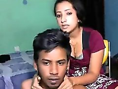 Musulmana Córnea de Guy carajo a su novia en el sofá de