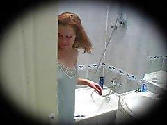 jonge roodharige douche spycam