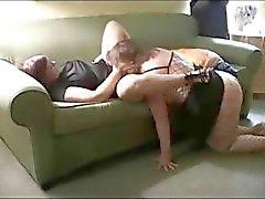 Twee rijpe mollige vrouw delen een grote zwarte pik in trio